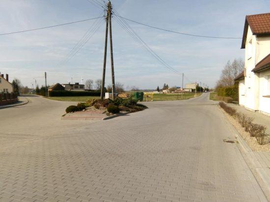Ta nowa droga z chodnikami w Runowie Kr. w zeszłym roku zostanie rozryta niebawem przez koparki w związku z kanalizacją ściekową całego Runowa Kr. - foto Tomasz Roman Bracka