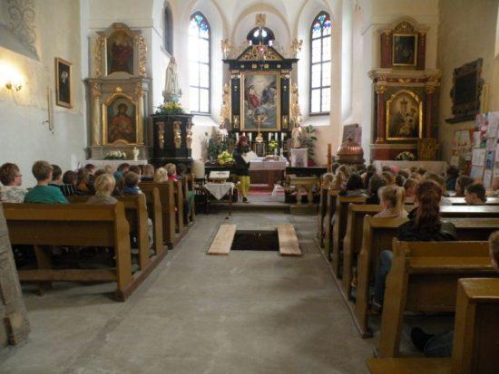 Parafia Świętej Trójcy w Runowie Krajeńskim istnieje od XVI wieku. Reorganizacji wspólnoty dokonano w 1627 roku, oddzielając Runowo od parafii w Zabartowie. Fundatorami murowanego kościoła zbudowanego w latach 1606–1607 byli właściciele miejscowości – Hrabiowie Orzelscy.