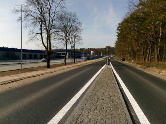 Dobiegła końca przebudowa DW 241 z budową ścieżki rowerowo spacerowej przy fabryce mebli Gabi BiS w Runowie Młyn - foto Tomasz Roman Bracka