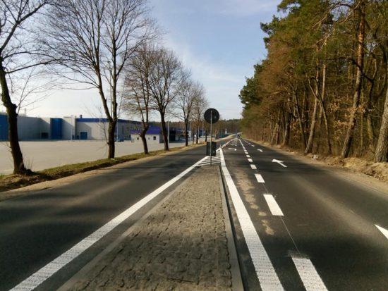 Dobiegła końca przebudowa DW 241 zbudową ścieżki rowerowo spacerowej przy fabryce mebli Gabi BiS wRunowie Młyn - foto Tomasz Roman Bracka
