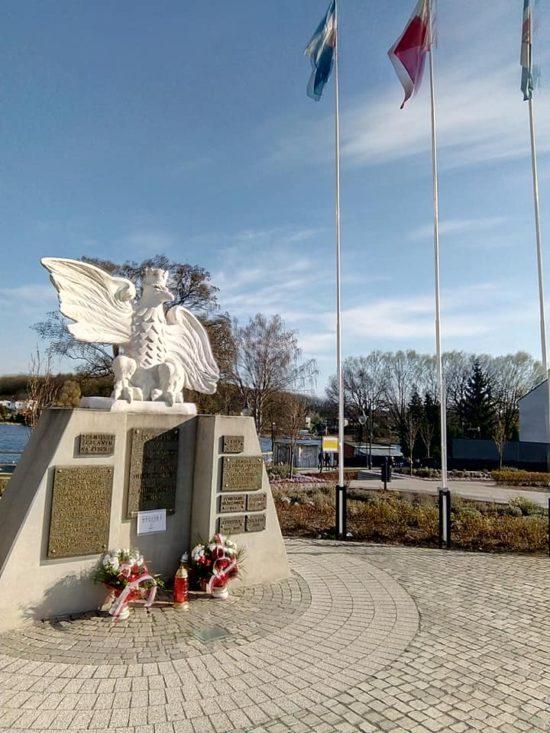 Dziś w Niedzielę Palmową po raz pierwszy obchodzimy  jest w całej Polsce Święto Państwowe Chrztu Polski  Również na  więcborskim  Rynku przy pomniku Orła Białego uczczono nowe święto państwowe ! foto Tomasz Roman Bracka