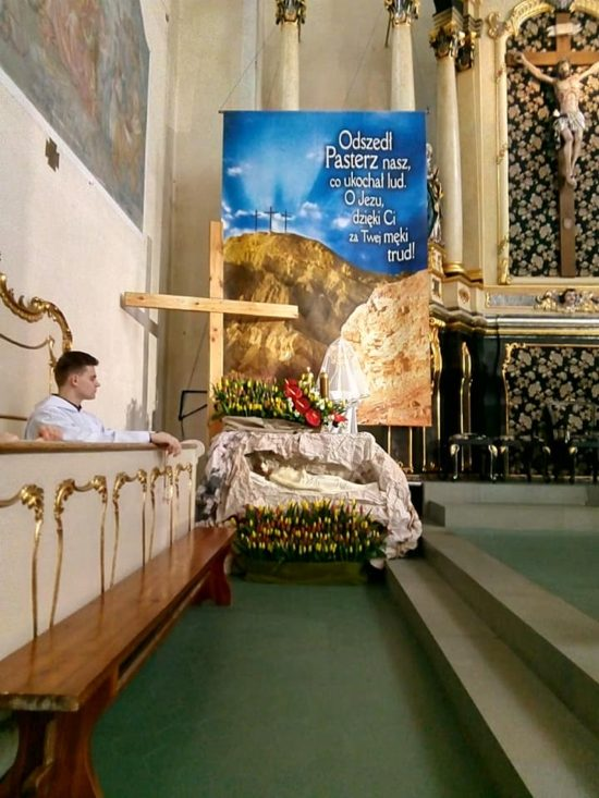 Wielka Sobota Grób Pański kościół katolicki w Więcborku. foto Tomasz Roman Bracka