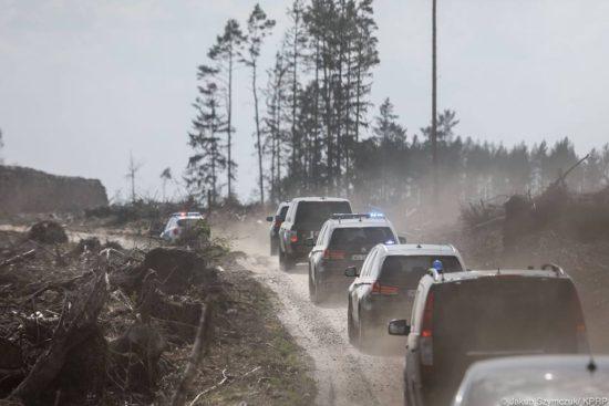 Prezydent Andrzej Duda z małżonką Agatą Kornhauser-Dudą posadził dziś drzewa w miejscu nawałnic Nadleśnictwa w Rytlu. Fot. Jakub Szymczyk KPRP