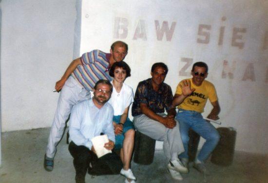 Na zdjęciu pierwszy z prawej w żółtej koszulce z wyciągniętą ręką to właśnie ja Tomasz Roman Bracka z zespołem Agat po koncercie w lasku miejskim w Więcborku w 1994 r. mojej produkcji artystycznej. pozdrawiam Tomasz Roman Brac