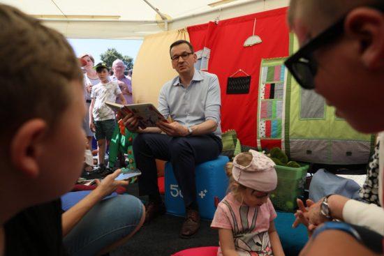 Podczas pikniku rodzinnego #Rodzina500plus premier @MorawieckiM odwiedza stoiska z atrakcjami, znalazł też czas na przeczytanie bajek najmłodszym. 😊
