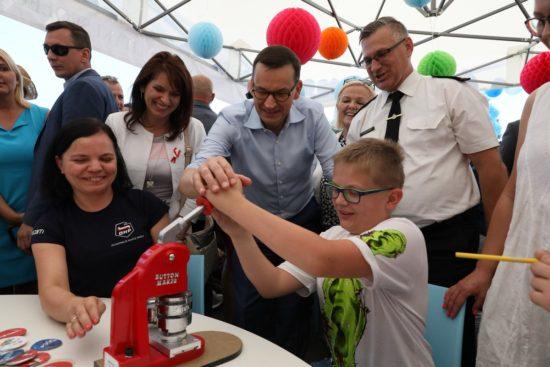 Podczas pikniku rodzinnego #Rodzina500plus premier @MorawieckiM odwiedza stoiska z atrakcjami, znalazł też czas na przeczytanie bajek najmłodszym. 😊źródło premier.gov.pl