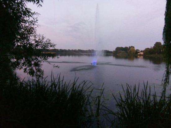 Molo z fontanną na jeziorze więcborskim przy Promenadzie w Więcborku wybudowane - foto Tomasz Roman Bracka