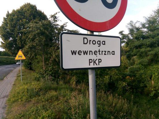 Po mojej interwencji w UM Więcbork z ulicy Dworcowej w Więcbork znikła kłamliwa tablica informacyjna droga wewnętrzna PKP ta ulica od 2003 r. jest droga kategorii gminnej - Tomasz Roman Bracka