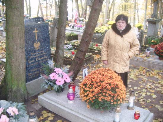 Wnuczka Renata Bracka przy grobie dziadka Jan Bracka - foto Tomasz Roman Bracka