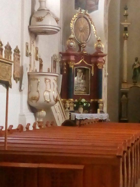 Cudowny Ołtarz Matki Boskiej Królowej Więcborskiej w więcborskim kościele katolickim został odrestaurowany i zamontowany - foto - Tomasz Roman Bracka