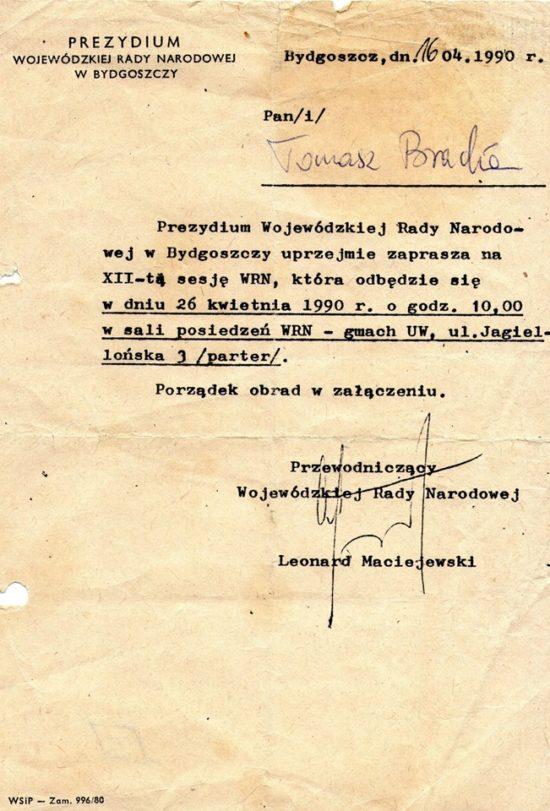 Walczyłem o wolność Polski w PRL nie tylko na ulicach i w konspiracji jako działacz opozycyjny w FMW, Solidarności WiP i SW, ale także w organach władzy w PRL, gdyż byłem już 30 lat temu jedynym z poza Bydgoszczy przedstawicielem opozycji antykomunistycznej w Wojewódzkiej Radzie Narodowej w Bydgoszczy w 1989 r, co świadczyło o mojej bardzo wysokiej pozycji w wojewódzkiej opozycji antykomunistycznej w PRL. To było najwyższe stanowisko dla ówczesnej opozycji antykomunistycznej w PRL. To właśnie ja demontowałem w WRN Bydgoszcz z Stefanem Pastuszewskim system komunistyczny PRL w Bydgoszczy i województwie bydgoskim w Wojewódzkiej Radzie Narodowej w Bydgoszczy w 1989 roku likwidując wówczas Komitet Wojewódzki PZPR, komunistyczne ulice w Bydgoszczy, nazwy szpitali powołując szpitale Jurasza, Biziela czy ulice Gdańską, Foha, rondo Jagiellonów ! W tym czasie powołałem też Telewizję Bydgoszcz i jej pierwszego dyrektora Konstantego Dąbrowicza. Przyczyniłem się w uchwale KK WRN Bydgoszcz do dokończenia budowy Opery Nova w Bydgoszczy i wielu innych rzeczy i inwestycji. Przypominam, że na całe województwo bydgoskie było czterech przedstawicieli opozycji antykomunistycznej w WRN w tym gronie byłem i ja Tomasz Roman Bracka, co poświadczają załączone dokumenty i zdjęcia. Niestety rządzący Bydgoszczą egzekutywa PO z jej prezydentem nie potrafi tego uszanować, co świadczy o miernocie intelektualnej i politycznej tego towarzystwa wątpliwej jakości w roku 30 lecia III RP ! Żeby było jasne niczego od nich nie oczekuję lecz podkreślam ich miernotę i amnezje polityczną ! – Tomasz Roman Bracka