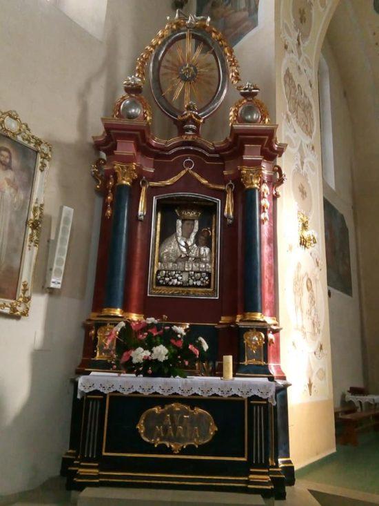 Cudowny obraz Matki Boskiej Królowej Więcborskiej z ołtarzem w więcborskim kościele katolickim został odrestaurowany i zamontowany - foto - Tomasz Roman Bracka