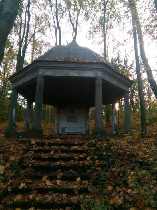 Kaplica cmentarna miejsce spoczynku katolickiego rodu Konkiel w Więcborku na cmentarzu katolicko - ewangelickim w Więcborku. Czas naprawić zdewastowany zabytek panie burmistrzu i porządnie odmalować zabytek przez pańskich pracowników, którzy, go uszkodzili niedokładnie odmalowali w zeszłym tygodniu - foto Tomasz Roman Bracka