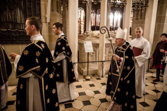 Dziś Dzień Zaduszny dzień wszystkich zamarłych. Również dziś biskup krakowski modlił się naWawelu zaswojego poprzednika biskupa krakowskiego Andrzeja Zebrzydowskiego kapelana królowej Bony rodem zWięcborka