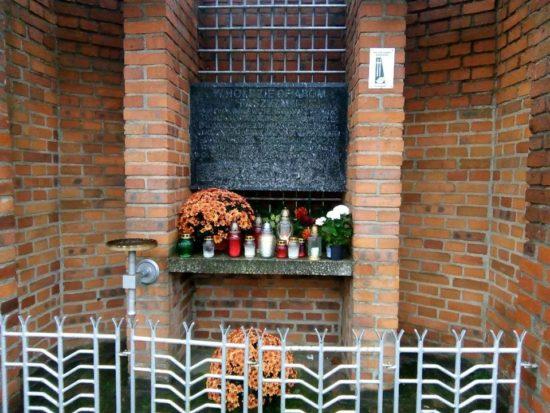 Dzień Zaduszny przy hitlerowskim istalinowskim więzieniu przy Sądzie Grodzkim wWięcborku widocznym nazdjęciu miejsce kaźni iegzekucji komunistycznych wWięcborku wPRL do1955 r. foto Tomasz Roman Bracka
