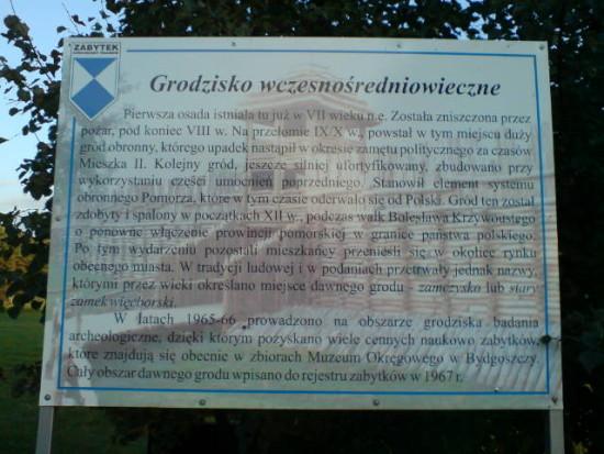 Zdewastowana tablica w miejscu Grodu Więcborskiego z VII w. - foto Tomasz Roman Bracka
