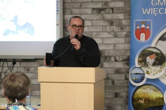 Na zdjęciu konsultacje społeczne w/s wywalczonej przeze mnie obwodnicy Więcborka przemawiam i dziękuję wszystkim mieszkańcom Więcborka, którzy wsparli moje dzieło w tej sprawie. Tomasz Roman Bracka foto Ewa Szydeł publikacja za zgodą E-Krajna Więcbork 12. 02. 2020 r.