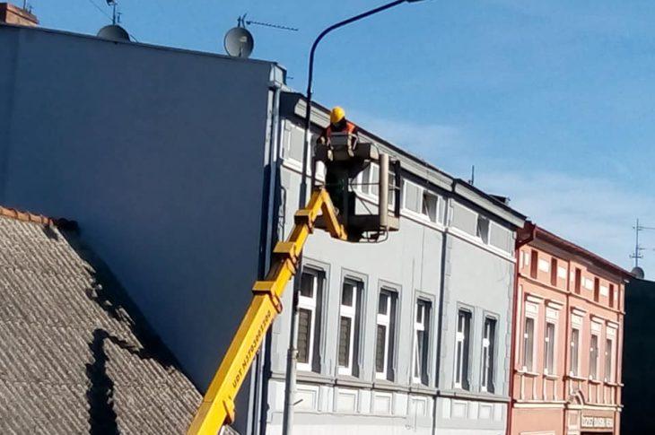 Trwa wywalczony przeze mnie w Eneii remont i malowanie skorodowanych latarni na ul. Hallera w Więcborku - foto Tomasz Roman