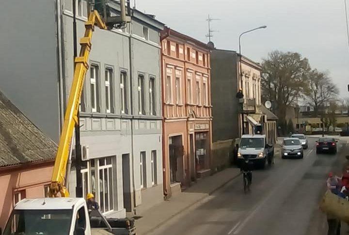 Trwa wywalczony przeze mnie w Eneii remont i malowanie skorodowanych latarni na ul. Hallera w Więcborku - foto Tomasz Roman Bracka
