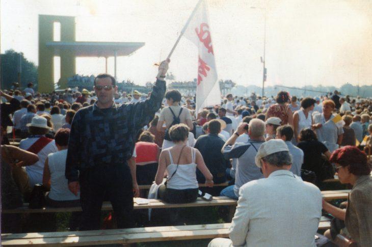 spotkanie z Świętym Janem Pawłem II na krakowskich Błoniach 18. 08. 2002 r. po przyjęciu z moich rąk 23 marca 2002 r. honorowego obywatelstwa Więcborka. Na zdjęciu, które ujawniam po raz pierwszy na 100 lecie urodzin Świętego Jana Pawła II i 40 lecie Solidarności z flagą mojej solidarności, którą współtworzyłem również po stanie wojennym w PRL jako jej działacz antykomunistyczny to właśnie ja Tomasz Roman Bracka.