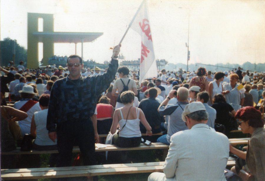 spotkanie zŚwiętym Janem Pawłem II nakrakowskich Błoniach 18. 08. 2002 r. poprzyjęciu zmoichrąk 23 marca 2002 r. honorowego obywatelstwa Więcborka. Nazdjęciu, które ujawniam poraz pierwszy na100 lecie urodzin Świętego Jana Pawła II i40 lecie Solidarności zflagą mojejsolidarności, którą współtworzyłem również postanie wojennym wPRL jako jej działacz antykomunistyczny towłaśnie ja Tomasz Roman Bracka.