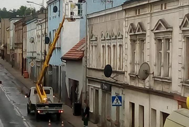 Trwa wymiana latarni Eneii na ul Gen. Ja. Hallera w Więcborku
