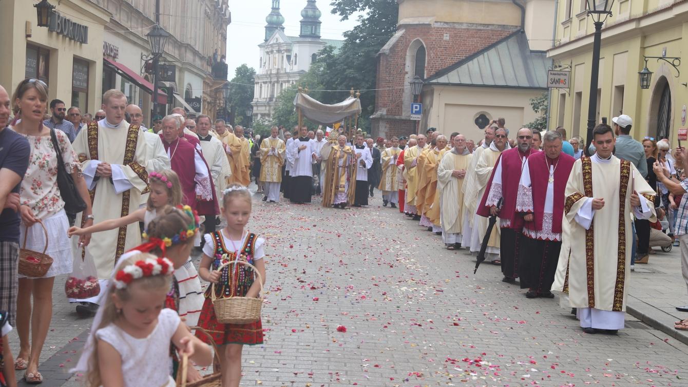 Uroczysta procesja Bożego Ciała wyruszyła tuż pogodzinie 10 zdziedzińca naWawelu iprzeszła Drogą Królewską aż doBazyliki Mariackiej. Wprocesji uczestniczyło kilka tysięcy Krakowian. Niezabrakło asyst niosących sztandary ibogato zdobione feretrony, atakże dzieci wstrojach krakowskich, które sypały kwiaty orazdzwoniły dzwonkami. Obchody ku czci Najświętszej Krwi iCiała Pana Jezusa rozpoczęła msza święta, którejprzewodniczył metropolita krakowski abp Marek Jędraszewski. Natrasie procesji przygotowane zostały cztery ołtarze symbolizujące cztery strony świata, wktórychtokierunkach wierzący decydują się poprocesji iść igłosić Dobrą Nowinę. Ołtarze symbolizują również cztery Ewangelie, aprzy kolejnych stacjach odśpiewany został fragment każdej znich. Fot.Archidiecezja Krakowska (Joanna Adamik)