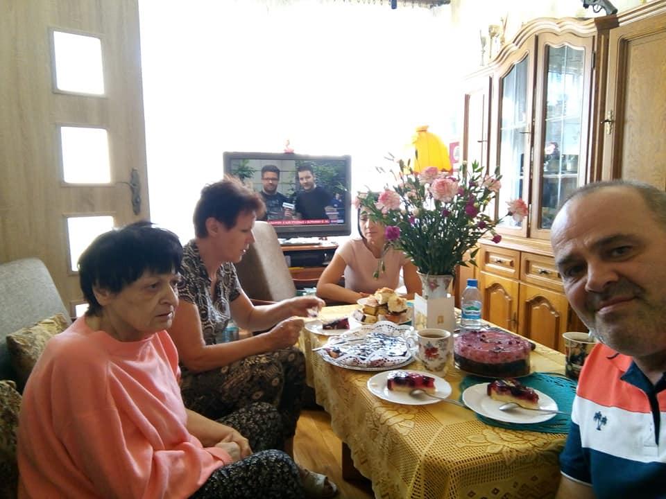 Sto lat moja ukochana mamusiu Renato Bracka w dniu 76 urodzin, które właśnie trwają. Mamusia dziękuję wszystkim za falę życzeń zbliżającą się już do tysiąca w tym za ponad 700 życzeń z lajkami na samym FB pozdrawiamy serdecznie . pozdrawiamy - syn Tomasz Roman Bracka z mamą Renatą Bracka