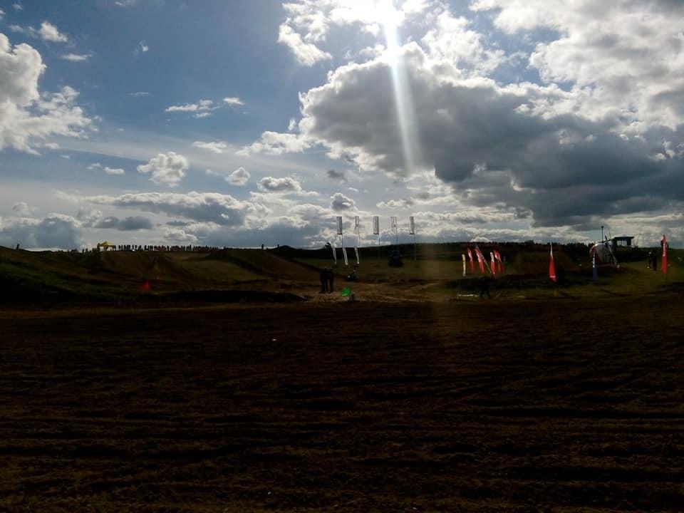 Trwają Mistrzostwa Polski wMotocrossie Więcbork 2020. Wszystkich zainteresowanych zapraszam nawięcborskim tor motocrossowym naPlebance. Koniec zawodów zaplanowano nagodz 18. foto Tomasz Roman Bracka