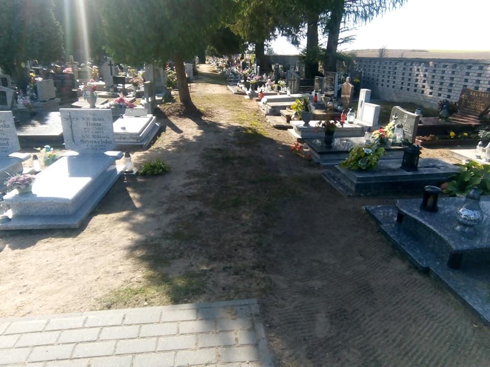 Sypiący się ponad półwieczny płot nacmentarzu komunalnym wWięcborku zagraża bezpieczeństwu ludzi inagrobków dowymiany. Czas też nausunięcie korzeni, które wyrosły nakoślawych alejkach cmentarnych oraznakolejne alejki polbrukowe natym cmentarzu. któryutrzymujemy płacąc zapochówki irezerwacje. foto Tomasz Roman Bracka