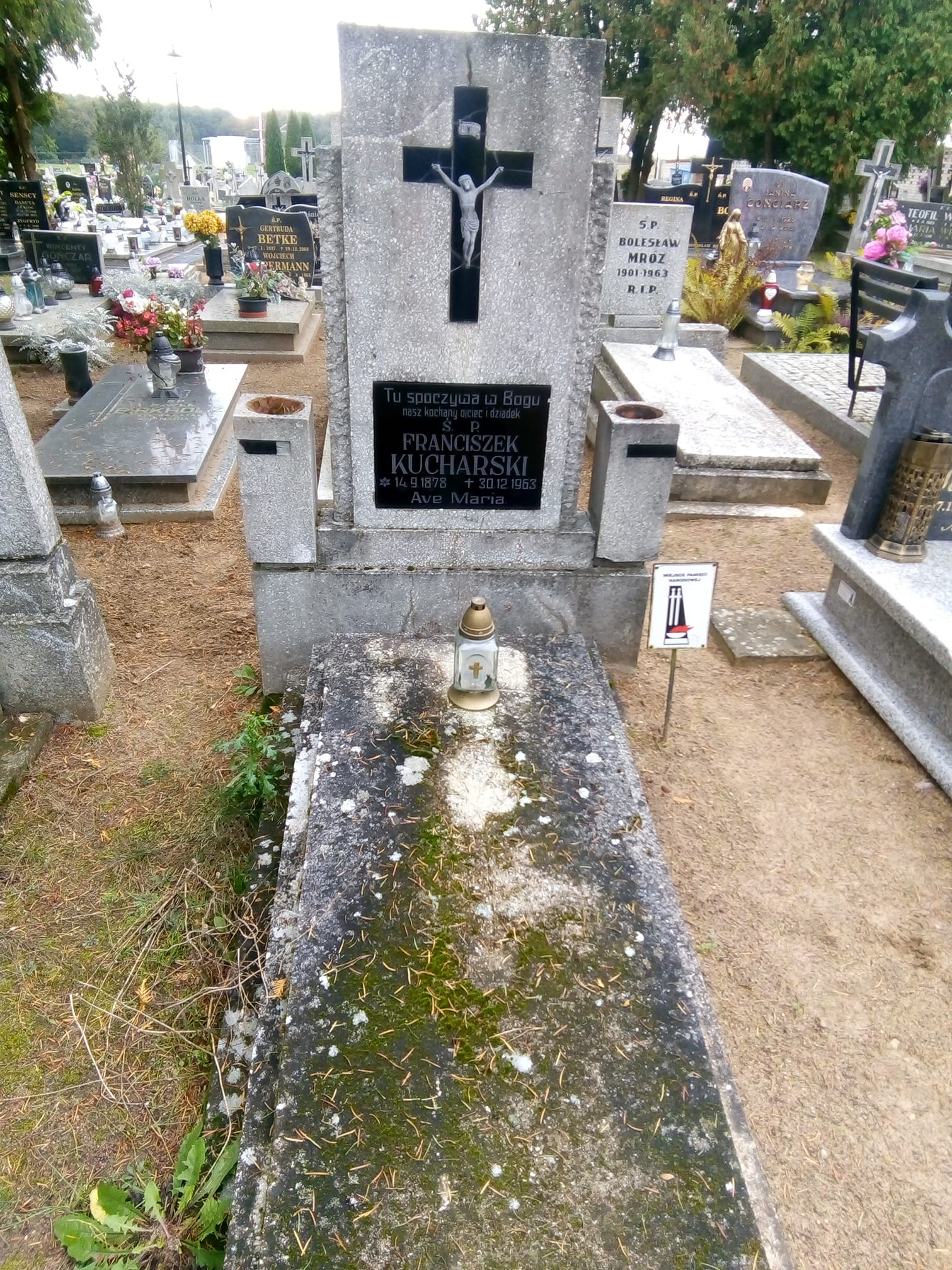 Obraz nędzy i rozpaczy czyli miejsce spoczynku ostatniego burmistrza Więcborka w II RP Franciszka Kucharskiego na cmentarzu komunalnym w Więcborku w roku 100 lecia odzyskania przez Więcbork niepodległości
