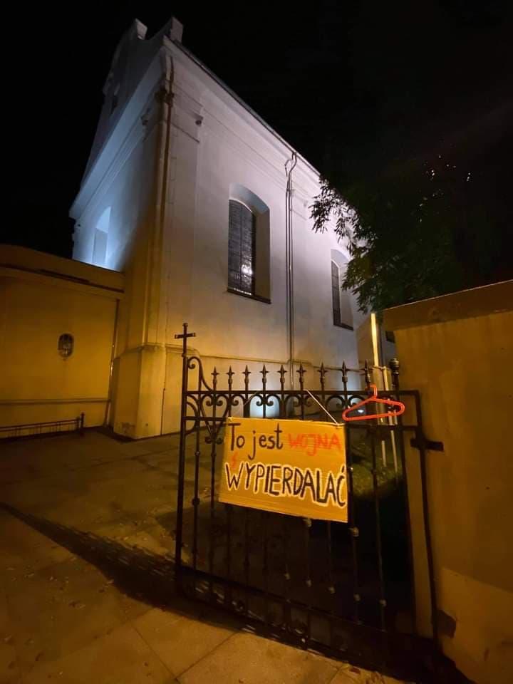 Na więcborskim kościele już pojawiły się antyklerykalne transparenty