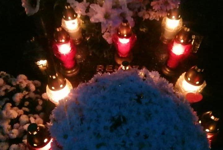 Tłumy ludzi na cmentarzach w Więcborku w przeddzień ich zamknięcia. Na zdjęciu teraz miejsce spoczynku mojej Mamy na cmentarzu komunalnym w Więcborku.  Tomasz Roman Bracka
