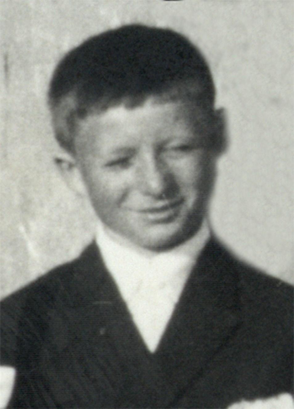 Instytut Pamięci Narodowej 3 dni · Świat się dowiedział, nic niepowiedział...❗ 👤 𝐉𝐞𝐫𝐳𝐲 𝐒𝐤𝐨𝐧𝐢𝐞𝐜𝐳𝐤𝐚 - urodził się 18 kwietnia 1955 roku wGdyni. Był uczniem Szkoły Podstawowej nr32 wGdyni. 17 grudnia 1970 roku, wdrodze doSzkoły przy ul Kieleckiej 4, został śmiertelnie postrzelony wgłowę. 🏴 Zmarł 20 grudnia 1970 roku wszpitalu wGdyni-Redłowie. Został pochowany nacmentarzu nagdyńskim Witominie. 🎖 Wroku 2015 został uhonorowany pośmiertnie Krzyżem Wolności iSolidarności.