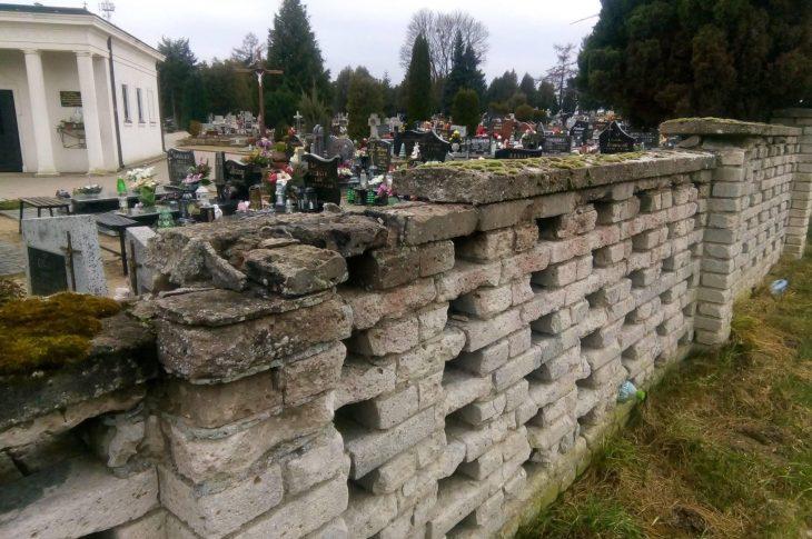 Zdewastowany sypiący się płot cmentarza komunalnegow Więcborku do wymiany - foto Tomasz Roman Bracka 28. 12. 2020 r.
