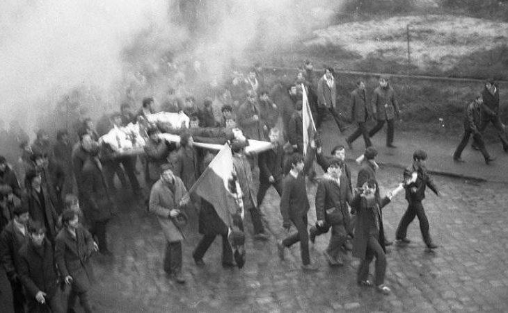 Masakra komunistyczna Grudnia 1970 płonie komitet wojewódzki PZPR w Gdańsku - Tomasz Roman Bracka