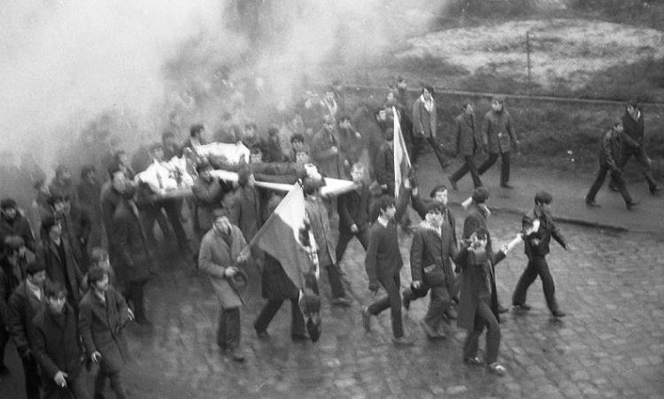 Masakra komunistyczna Grudnia 1970 płonie komitet wojewódzki PZPR wGdańsku - Tomasz Roman Bracka