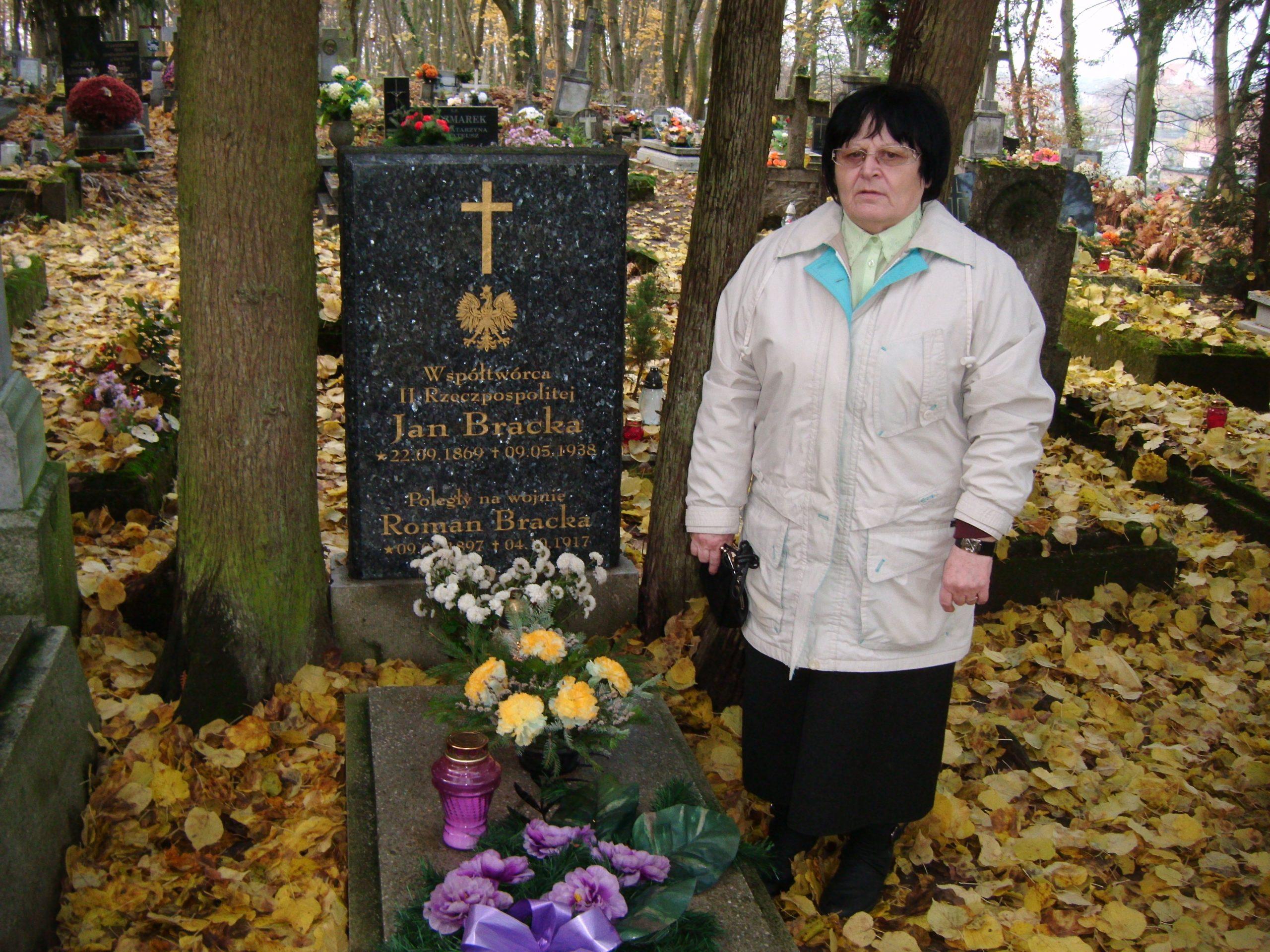 Moja Mama Renata Bracka przy grobie dziadka Jana Bracka Współtwórcy II RP nacmentarzu parafialnym wWięcborku - foto Tomasz Roman Bracka