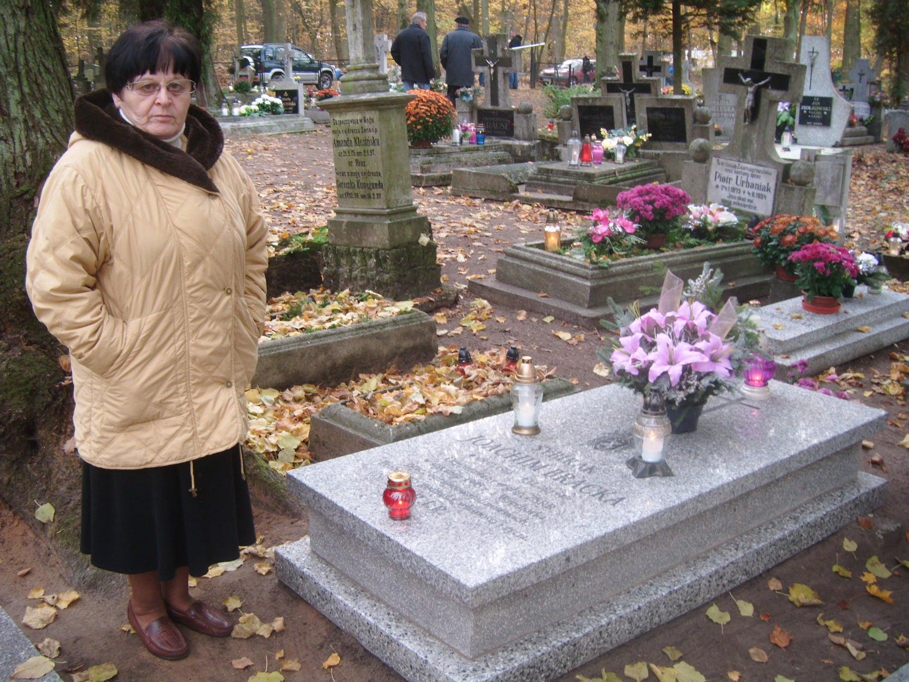 Moja Mama Renata Bracka przy grobie brata ojca sybiraka Joachima Bracka nacmentarzu parafialnym wWięcborku - foto Tomasz Roman Bracka