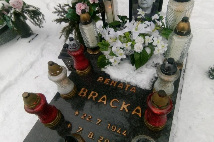 Dziś 7 lutego 2021 r. minęło pół roku od przedwczesnej śmierci mojej Mamy śp Renaty Bracka, którą odwiedziłem na zaniedbanym przez burmistrza Więcborka i ZGK Więcbork więcborskim cmentarzu komunalnym - foto Tomasz Roman Bracka