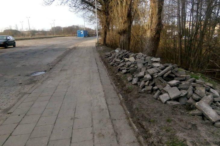 W związku z wydanym nakazem PINB w Sępólnie Kr. wydanym na mój wniosek trwa naprawa koślawych chodników i dziurawej ulicy Dworcowej co przedstawiam na załączonych zdjęciach