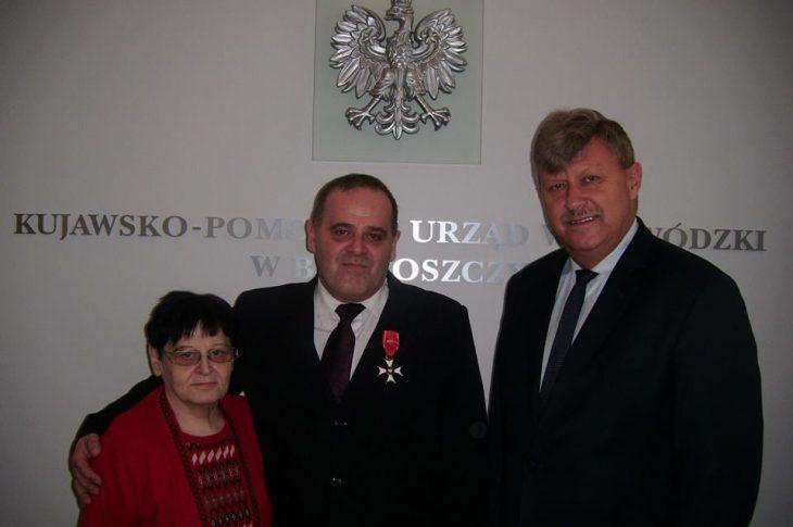 Na archiwalnym zdjęciu w Dniu Mamy moja ukochana Mama ś.p. Renata Bracka ze mną i Wojewodą Kujawsko - Pomorskim, po odznaczeniu mnie przez Prezydenta Polski Andrzeja Dudę Krzyżem Oficerskim Orderu Odrodzenia Polski.