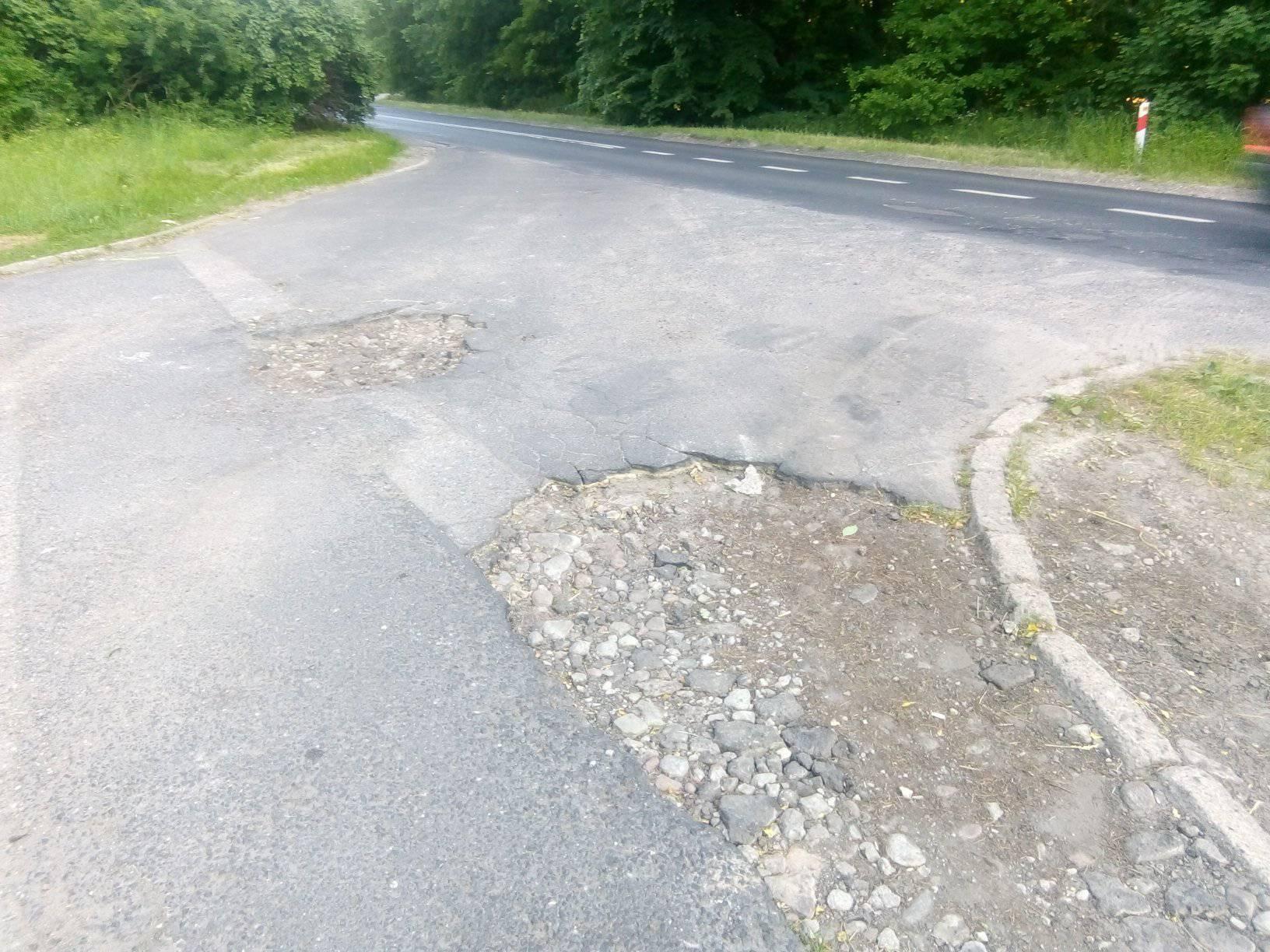 Dziurawy parking Nadleśnictwa wRunowie Kr. przy DW 241 przy wjeździe doWięcborka donaprawy itonatychmiast. foto Tomasz Roman Bracka