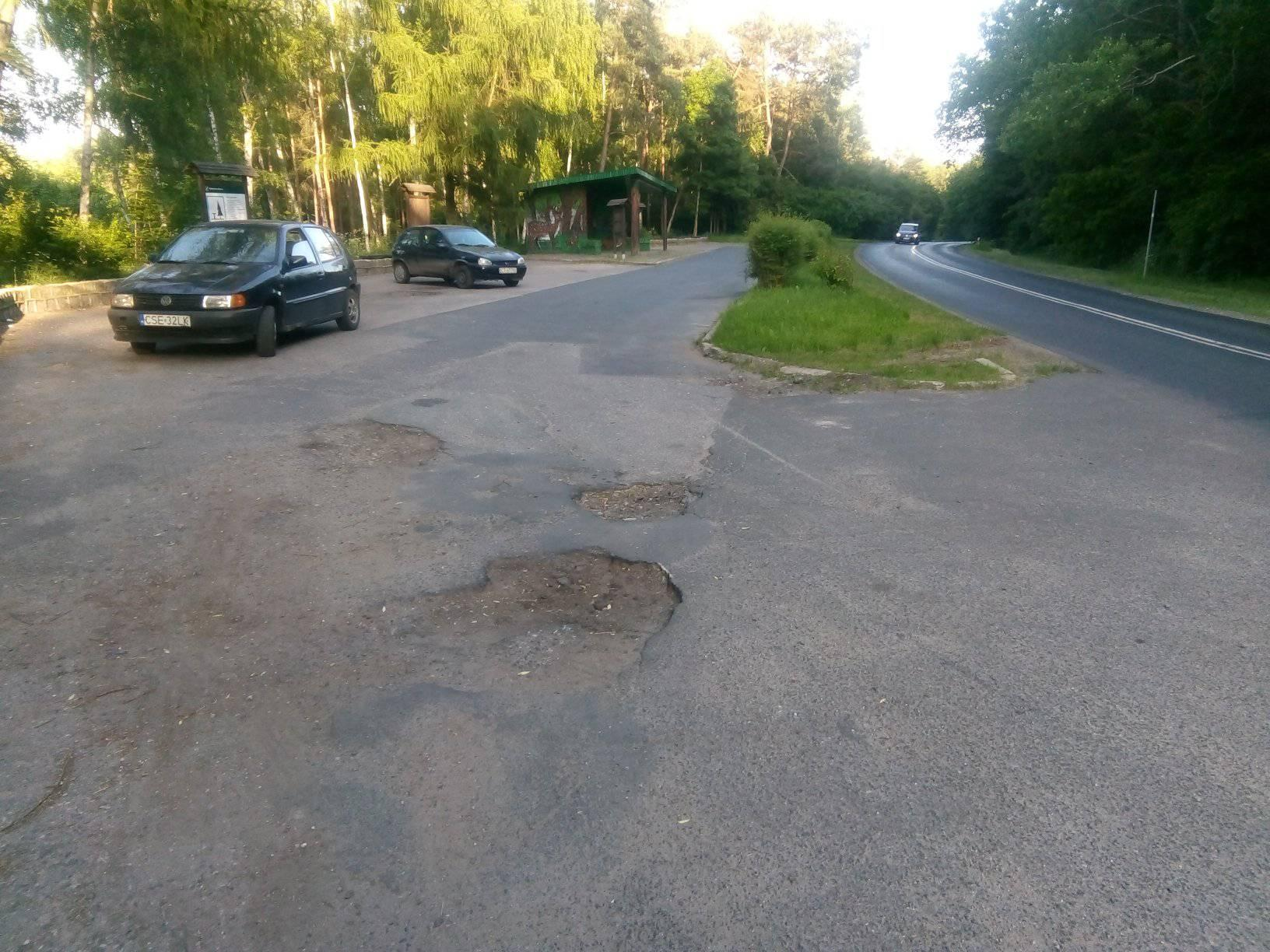 Dziurawy parking Nadleśnictwa w Runowie Kr. przy DW 241 przy wjeździe do Więcborka do naprawy i to natychmiast. foto Tomasz Roman Bracka
