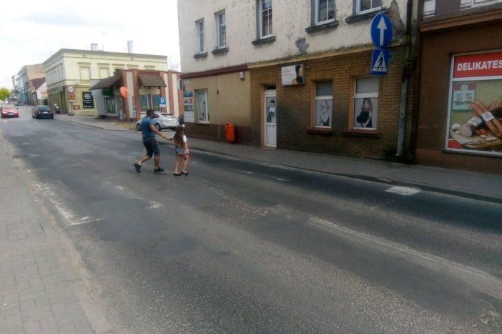 Gdzie jest burmistrz Więcborka z radnymi i jego personelem drogowym i ZDW Bydgoszcz. Czas w końcu po zimę odmalować na wszystkich ulicach niewidoczne do dziś 24 lipca pasy dla pieszych w Więcborku i drogowe znaki poziome dla bezpieczeństwa pieszych i kierowców